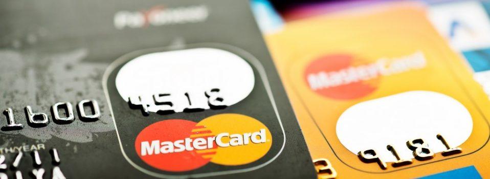 Czy karta z wyświetlaczem zakładana do konta jest bezpieczna?
